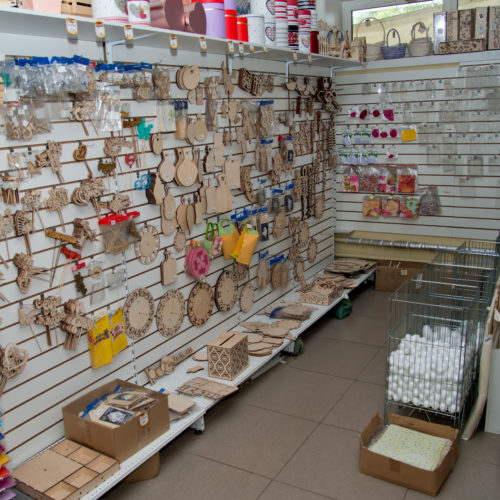 Стенд с товаром для творчества - заготовки из дерева