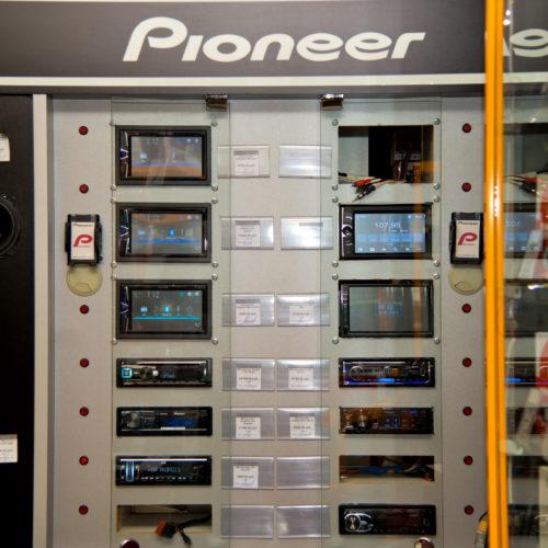 Витрина с автомагнитоллами и аккустическими системами Pioneer