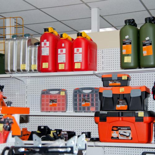 Стеллаж с канистрами для бензина и ящиками для инструментов